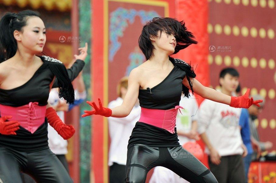 2012年2月6日,观山湖春节活动的舞台上,青春靓丽的女孩表演的街舞尽显激情火辣