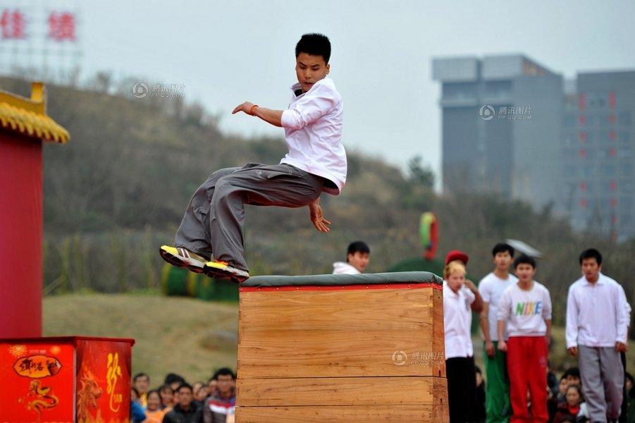 2012年2月6日,观山湖公园春节庙市上,街舞男孩为市民表演跑酷