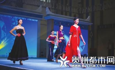 美在民间:第二届manbetx官网下载民族服饰设计大赛现场上演了民族服装秀。