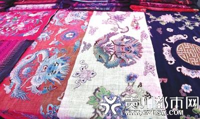 民博会上蜡染刺绣工艺品在展出