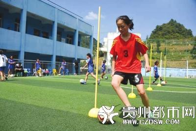manbetx官网下载毕节大方县乌蒙山深处的元宝小学女足球队队长,11岁的王佳月