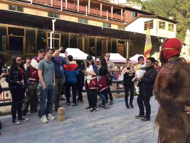 今天旅行社帶来八十多位老外参观夜郎谷,他们对夜郎谷的非遗节目《傩戏》表演很感性兴趣。好多老外还载上傩面具穿上傩服装拍照留影。