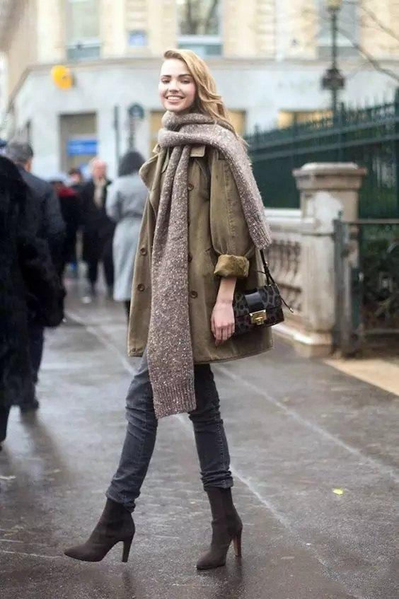 ▲把大围巾的一边随意的在oversize的大衣外面一绕,休闲中又不失时尚感。