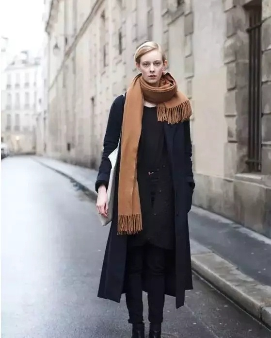 ▲驼色围巾搭配有版型的大衣,整个人就会很挺,很提气,很有性格。