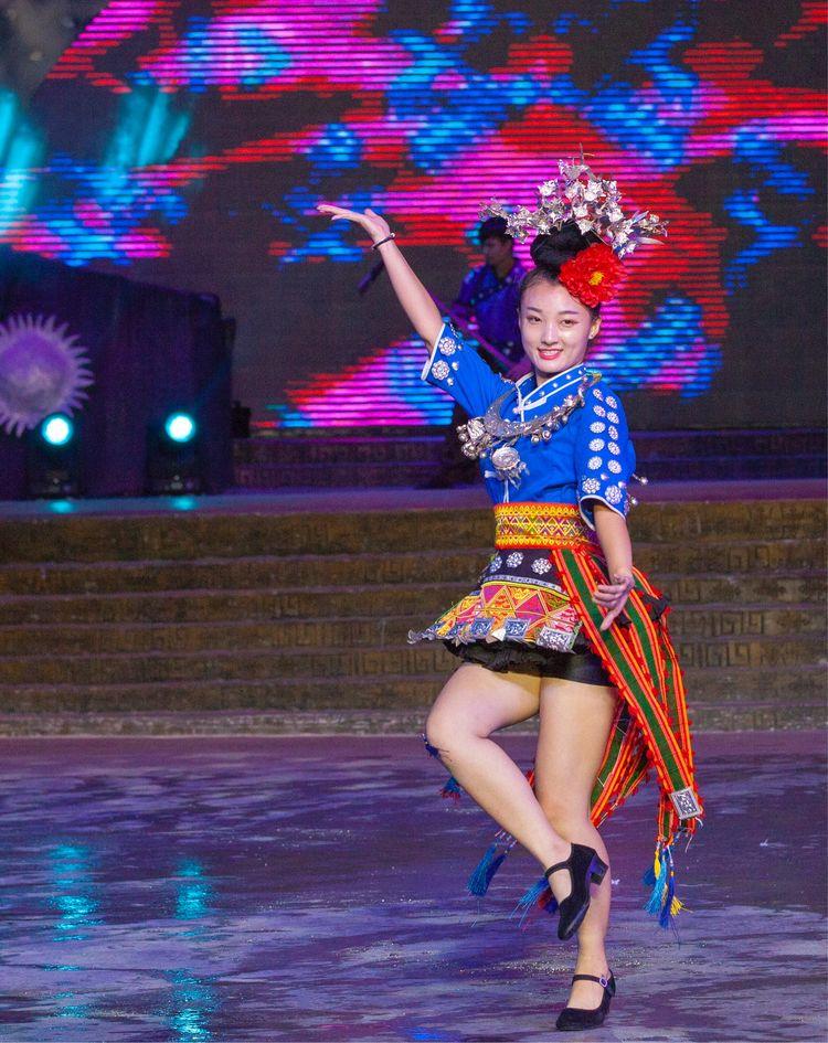 《美丽西江》大型文艺演出现场表演的苗族美少女