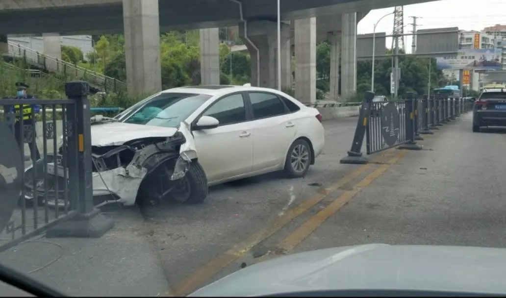 ä¸�辆车撞ç